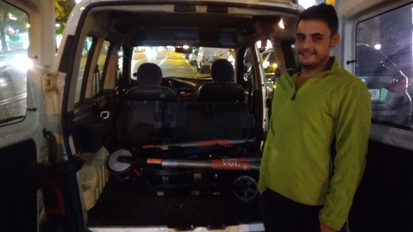El recargador de patinetes eléctricos Carlos Medina, con varios de los patinetes recogidos con su furgoneta