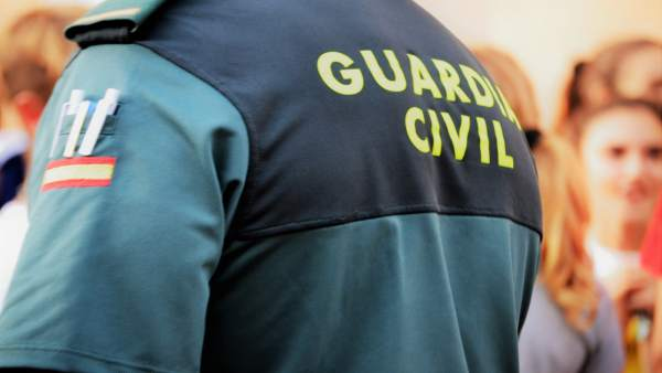Agente de la Guardia Civil de espaldas