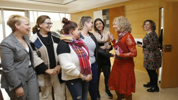 La vicepresidenta con docentes y alumnas del María Telo