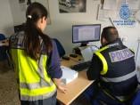 Agentes de la Policía Nacional examinan documentación del caso