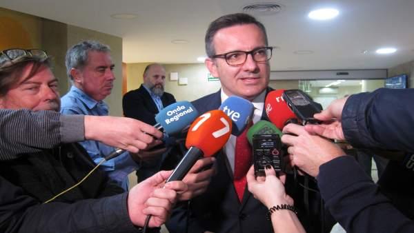 El delegado Diego Conesa atendiendo a los medios. Foto archivo
