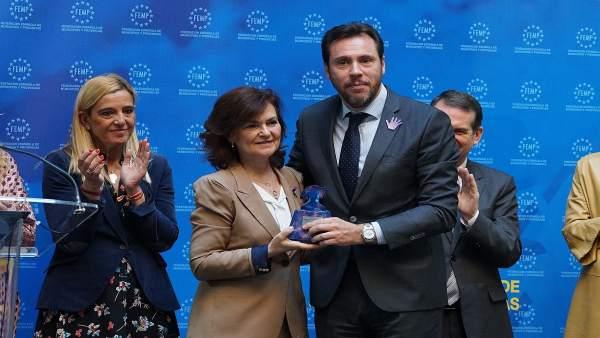 El alcalde, junto a Carmen Calvo, en la entrega del premio de buenas prácticas