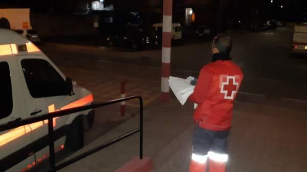 Imagen de servicios Cruz Roja atendiendo patera esta noche en Águilas