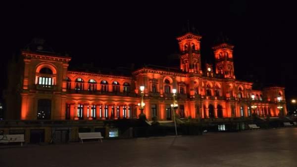 Ayuntamiento de San Sebastián iluminado en rojo