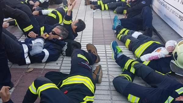 Protesta de los bomberos frente a la Diputación