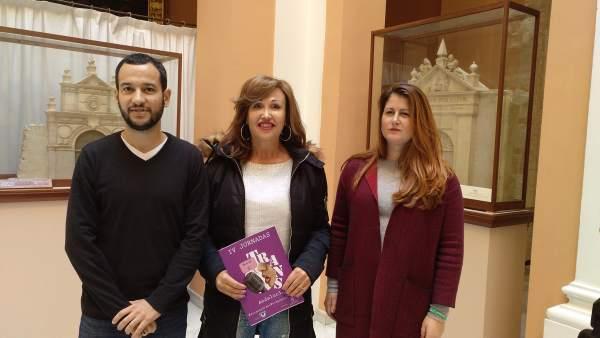 Los portavoces de IU y Participa Sevilla junto a Mar Cambrollé