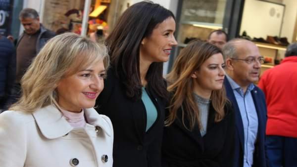 Villacís, durante un paseo electoral por el centro de Sevilla