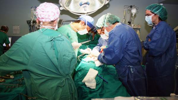 Un paciente es operado en un quirófano