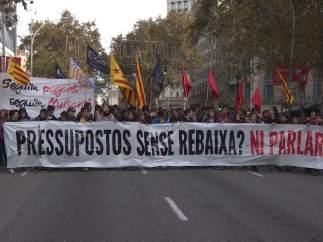Profesores, estudiantes, médicos y funcionarios protestan contra los recortes en Cataluña