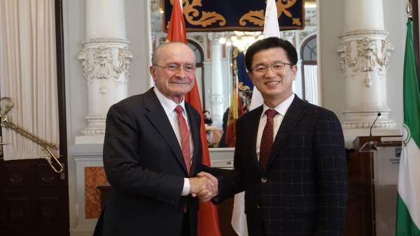 Alcalde con representante ciudad surcoreana daejeon francisco de la torre