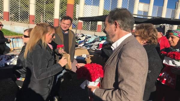 El PSOE reparte claveles rojos en el mercadillo