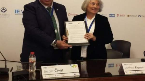 Romero y Övut durante la firma de cooperación