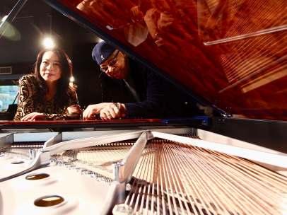 Los pianistas Mine Kawakami y Chucho Valdés.