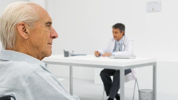 Anciano en la consulta