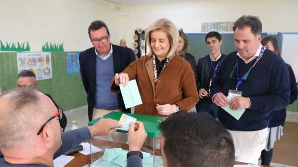 La exministra Fátima Báñez vota en las elecciones andaluzas