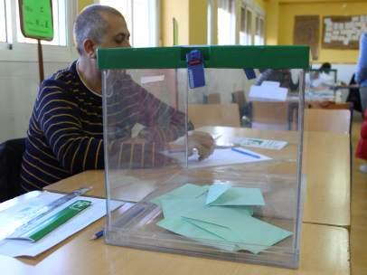 Urna para las elecciones al Parlamento de Andalucía