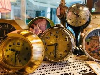 """Relojes antiguos en la tienda de antigüedades de la Posada Real """"Hosteria Camino"""""""