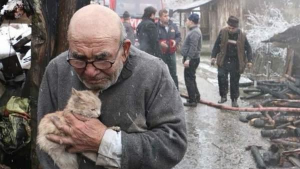 Ali Meşe y su gatito