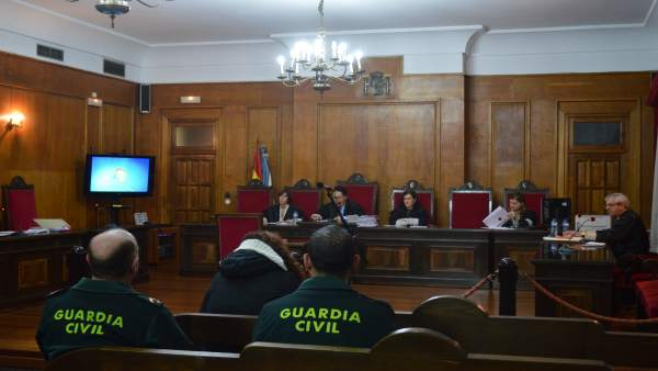 Juicio en Ourense por arrojar un bebé a un contenedor.
