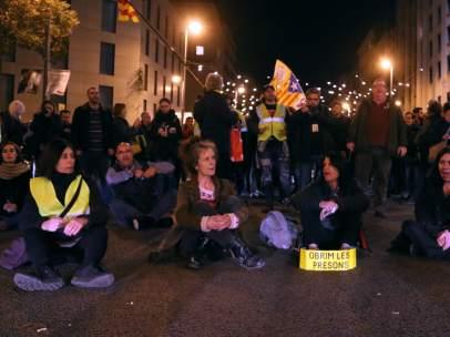 Manifestantes convocados por los CDR cortan la calle Aragó de Barcelona en solidaridad con la huelga de hambre de cuatro de los políticos soberanistas presos en Lledoners.