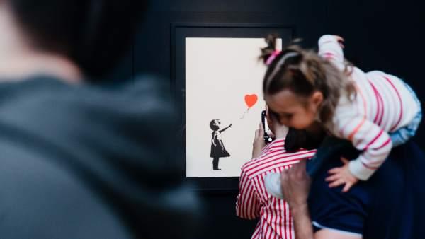 La serigrafía 'Niña con globo' es una de las piezas estrellas de la exposición de Banksy