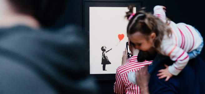 La famosa serigrafía 'Niña con balón' es una de las piezas estrella de esta exposición de Banksy