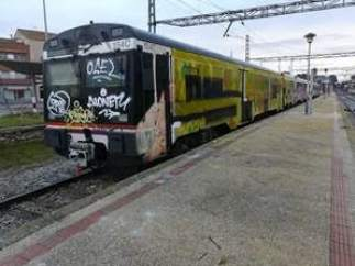 Tren de la R12 con pintadas en la cabina de conducción que impiden su circulació