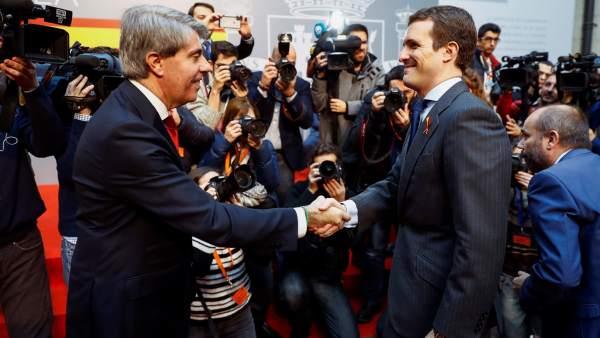 El presidente de la Comunidad de Madrid Ángel Garrido y el presidente del Partido Popular Pablo Casado (d), durante la recepción anual con motivo del Día de la Constitución, esta mañana en la sede de la Comunidad de Madrid.