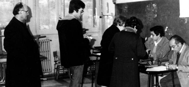 Una votación en un colegio durante el referéndum de la Constitución