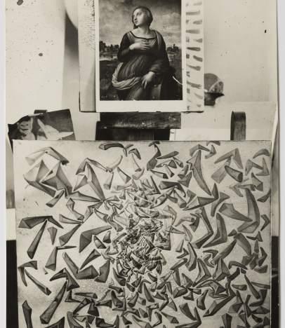 Fotografía del estudio de Dalí en la que aparece la obra 'La ascensión de Santa Cecilia' inspirada en la 'Santa Catalina de Alejandría' de Rafael (encima).