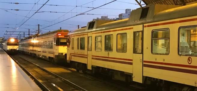 Trenes de cercanias en la Estació del Nord de València.