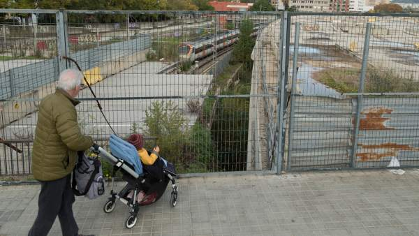 "Los vecinos de Sant Andreu del Palomar se quejan del estado ""lamentable"" en el que se encuentra la estación de tren de Sant Andreu Comtal."