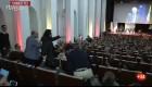 Un miembro de los CDR grita a Borrell