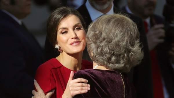 Saludo entre Letizia y Sofía en su llegada al Congreso