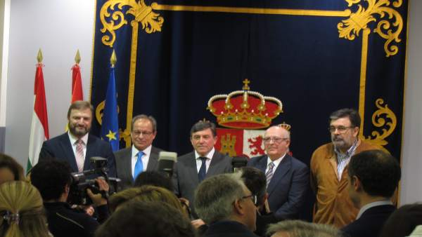 Los delegados, tras recibir el reconocimiento