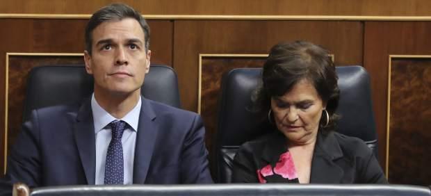 El presidente del gobierno Pedro Sánchez y la vicepresidenta Carmen Calvo en el hemiciclo del Congreso de los Diputados, en el que se celebra esta mañana la solemne conmemoración del 40 aniversario de la Constitución.