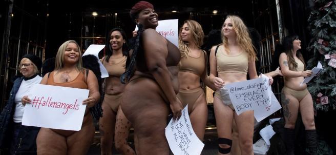 Un grupo de mujeres participa en una protesta ante Victoria's Secret