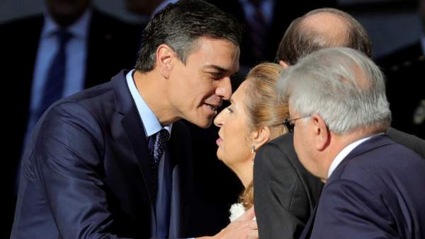 El presidente del gobierno Pedro Sánchez y la presidenta del Congreso AnaC Pastor, se saludan a su llegada al Congreso de los Diputados.