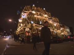 Un pub londinense decora su fachada con 95 árboles de Navidad