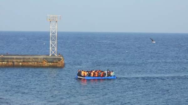 Inimgrantes llegan en una patera a la isla de Alborán