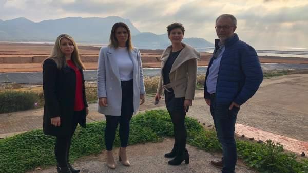 La candidata de,l PP en La Unión, Sofía Manrubia, junto con otros compañeros PP