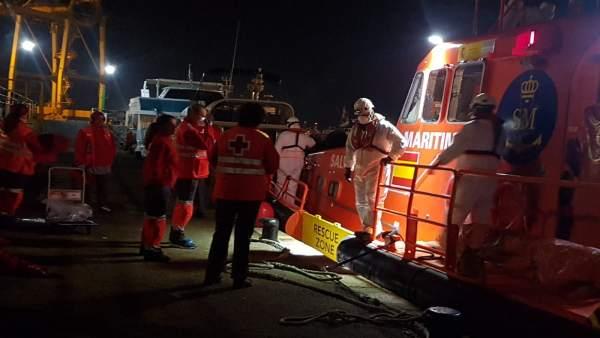 Voluntarios de Cruz Roja atienden inmigrantes llegados en patera a Cartagena