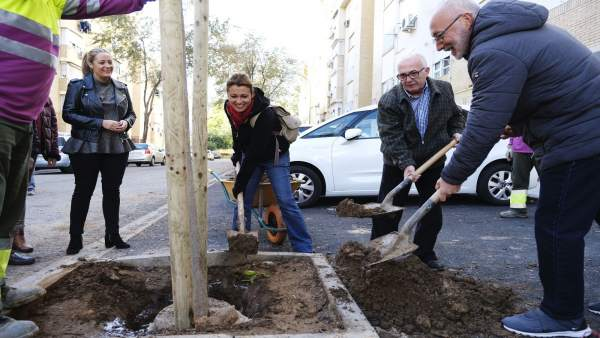 Plantación de árboles en la calle Mar Tirreno.