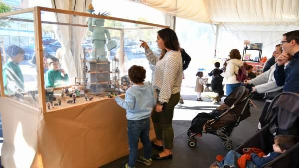 Mercadillo y exposición de Playmobil en Tomares