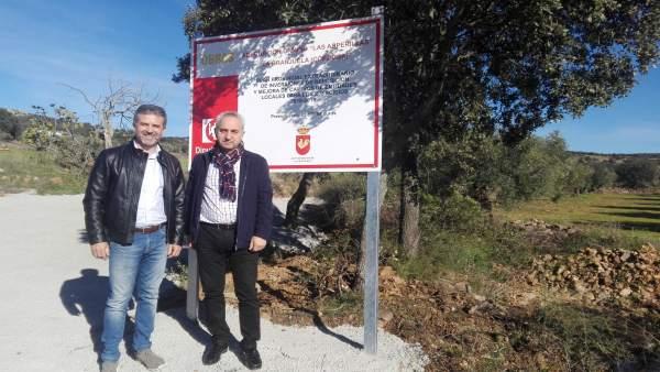 Sánchez e Izquierdo (dcha.) visitan el camino 'Las Asperillas'
