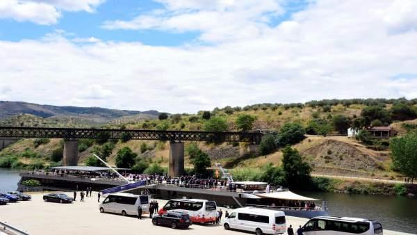 Salamanca.- Puerto de Vega Terrón con cruceros fluviales