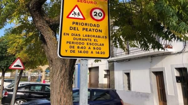 Señal de camino escolar seguro en Malpartida de Cáceres