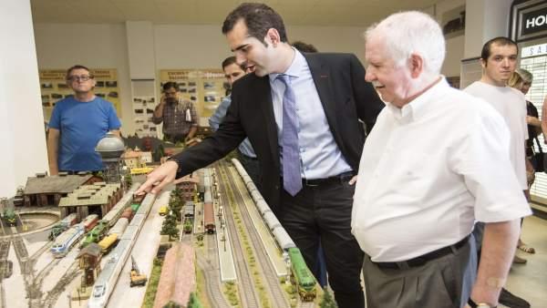 El alcalde de Almería observa la maqueta de un tren