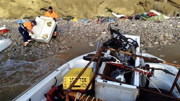 Limpieza y recogida de residuos en el acantilado de Sa Penya