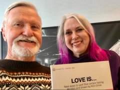 Un hombre abre el regalo de su exnovia casi 50 años después de que cortase con él